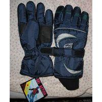 Перчатки юношеские, женские для активных видов спорта, прогулок, верх сделан из плотной плащевки, внутренняя часть мягкая байка. Имеется регулировка обхвата запястья и трикотажная манжета
