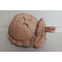 Сувенирная черепаха из натурального кокоса.
