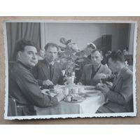Завтрак в санатории. Фото 1950-х. 8.5х11.5 см