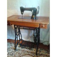 Красивая станина чугунные ноги и швейная машинка Орша рабочая, столешница с шуфлядками
