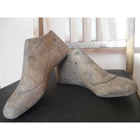 Старые деревянные обувные колодки.