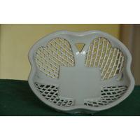 Ваза - корзинка фарфоровая   целая ( диаметр 18,5 см , высота 6,5 см )