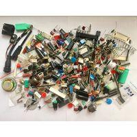 Куча разных радиодеталей. Микросхемы, разъемы, резисторы, конденсаторы, светодиоды итд