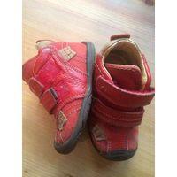 Красные ботинки 22 размера из натуральной кожи. Удобные и красивые. Стельку достать не могу, ориентируйтесь на замеры длины по подошве (16 см). Хорошее состояние. Почтой по предоплате.