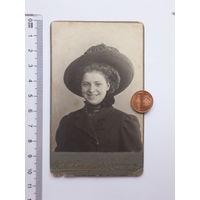 Фото 1911 г жизнерадостная девушка в шляпке