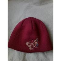 Теплая малиновая двойная шапочка.