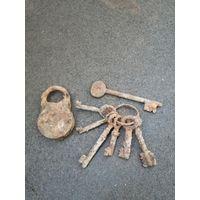 Лот старых ключей и замок