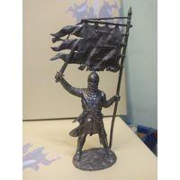 Солдатик оловянный(военно-историческая миниатюра) европейский рыцарь с флагом