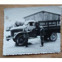 Фото военнослужащих у машины.