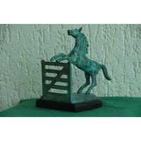 Статуэтка латунная Лошадь прыгающая через забор   ( высота 19 ,  ширина 15 , глубин 20 см )