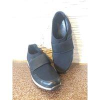 Кроссовки ECCO на 39 размер на ногу средней полноты из очень приятной натуральной кожи, мягкой, черного цвета. Вверху на липучке. Длина по стельке примерно 26 см. К сожалению, стали малы