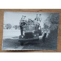 Фото молодежи на автомобиле. 1960-70е. 8х11 см.