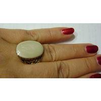 Кольцо с белым перламутровым камнем. р. 19