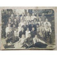 Фото группы детей с воспитателями. 1930-е. 17х22 см