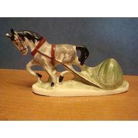Лошадь со снопом сена