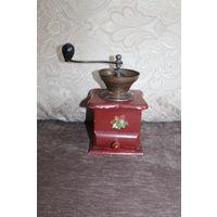 Старая кофемолка, рабочая, высота с ручкой 23 см., состояние на фото.