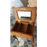 SALE Антикварный столик из красного дерева с зеркалом и отделениями для хранения косметики или украшений. Ассигнован 1922 год