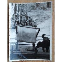 Фото ребенка в коляске. 1960-е. 9х12 см