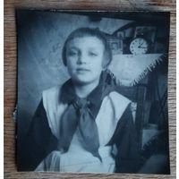 Фото пионерки. 1950-е. 5х5.5 см