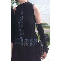 Черное платье с шалью и перчатками