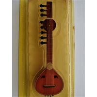 Коллекционные музыкальные инструменты (в ассортименте).