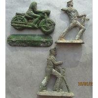Три старых оловянных солдатика СССР --одним лотом.