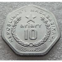 """Мадагаскар. 10 ариари 1999 год  KM#27   """"Рабочий. Ниже баннер с девизом С"""""""
