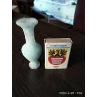 Маленькая вазочка из спрессованного гранулированного стекла ЧССР.