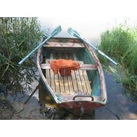 Сделанная  на  Витебском  ДОКе лёгкая  и прочная  пластиковая  лодка на  фабричных  советских  вёслах.