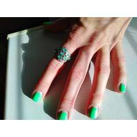 Кольцо серебряное с натуральными изумрудами, варежки в подарок