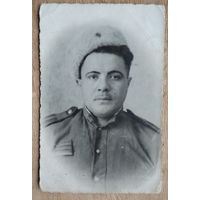 Фото бойца с нашивкой за ранения. 1944 г. 8.5х13 см.