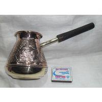 Турка или кофеварка медно-латунная с тиснением для приготовления кофе.