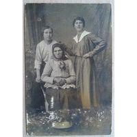 Фото девушек и бабушки. 1920-е. 9х14 см.