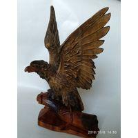 Деревянная статуэтка орла,мастер Одрехiвский С.1964 г.No357. В 30 см,Ш  20 см.