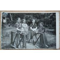 Дамы на мостике. Фото 1960-х. 11х17 см