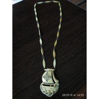 """Колье с медальоном""""Парусник""""изготовлено из кости моржа СССР."""