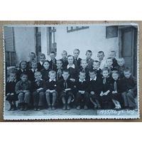 Фото школьного класса с учительницей. 1955 г.