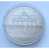 """Памятная медаль """"9 ноября 1989 г. - ГДР снимает ограничения на сообщение с ФРГ"""" - 40мм."""