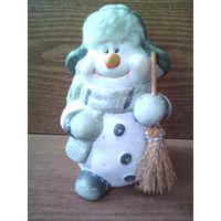 Снеговик с метлой.