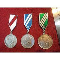 Комплект медалей соревнований по баскетболу.