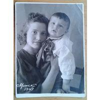 Фото мальчика с матерью. Минск. 1947 г.  8х11 см.