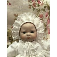 Кукла фарфоровая в наряде для крещения