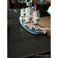 Модель пиратского корабля из пластмассы.