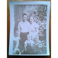 Семейное фото. 1950-е. 9х12 см.