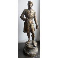 Очень старая скульптура офицера, шляхтича.
