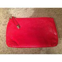 Красивая сумка-клатч-косметичка небольшого размера из лаковой кожи красного цвета, размер 35 на 25 см. Новая. Покупала набор на подарки, но очень нужны деньги, потому кое что оставила, остальное распр