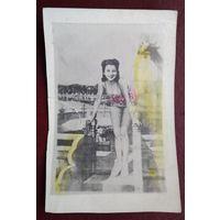 Фотооткрытка девушки. Кич. Мини. 1940-е. 6х9 см.