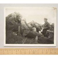 Групповое фото Комиссар проводит политзанятие с группой бойцов РККА 1930-е года