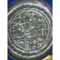 Старая европейская медная(никелированная?) настенная тарелка с интересным сюжетом, 21,5 см.