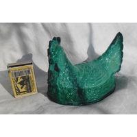 """Интерьерная статуэтка """"Курица на насесте"""". Начало прошлого века.  Матовое зелёное стекло."""